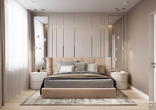 Уютная спальня в бежевом цвете с зеркальными панелями в изголовье кровати