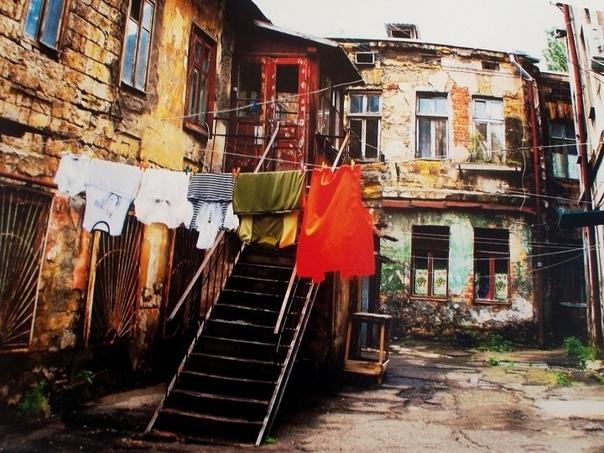 Судьбы одесского двора Население нашего дома составляло пеструю палитру всевозможных национальностей, которые так были присущи Одессе. Мы, мальчишки, очень дружили, и ни один день рождения