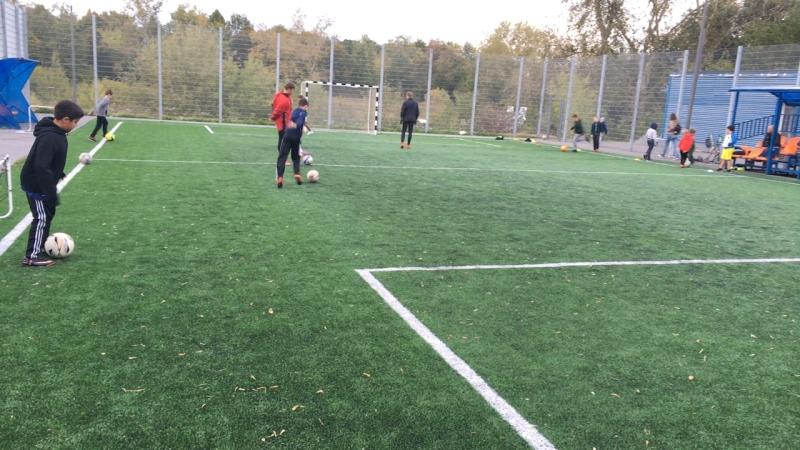 Тренировочное занятие школы футбольного мастерства Свобода