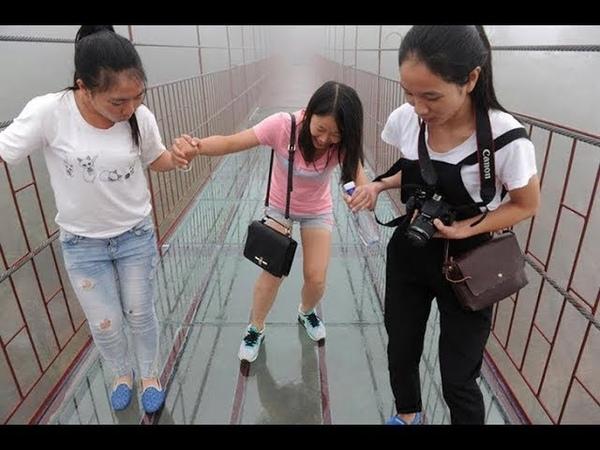 СТРАХ и УЖАС посетителей на стеклянном мосту над БЕЗДНОЙ в Китае Glass bridge over the abyss