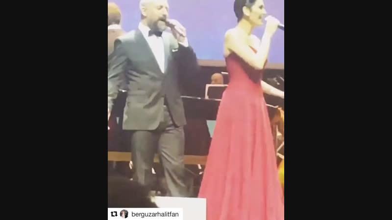 Халит и Бергюзар поют концерте! 😻💕