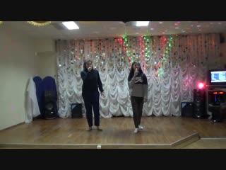 Катя и Наталья исполняют песню
