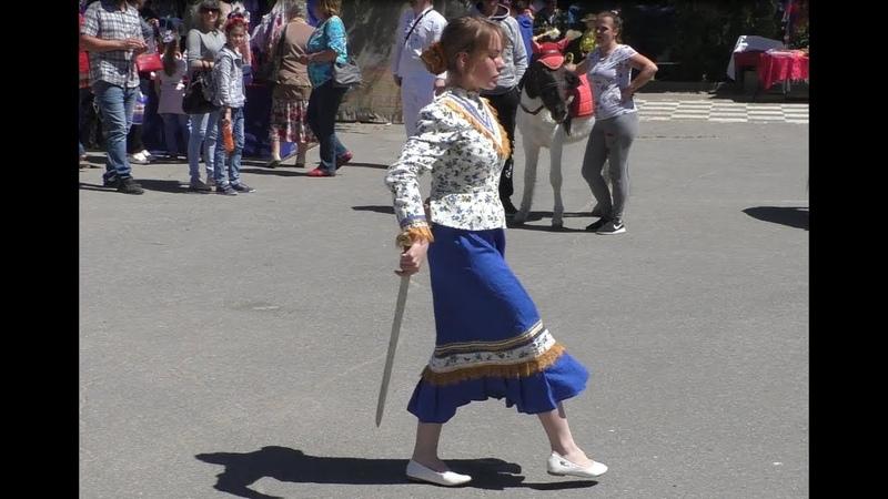 Шолоховская весна 2018 г. Казачка танцует с шашкой.