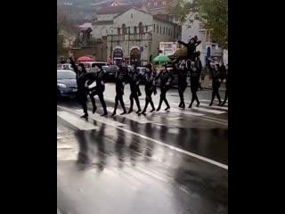 'Воины' в центре Тбилиси 'захватили' улицу. ხორუმის მოცეკვავები ზებრა გადასასვლელე..mp4