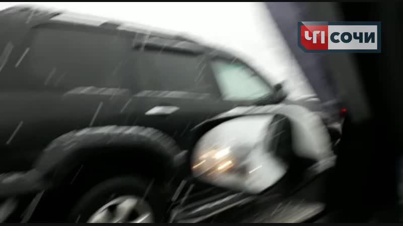 В Сочи лоб в лоб столкнулись автобус и снегоуборочная техника.mp4