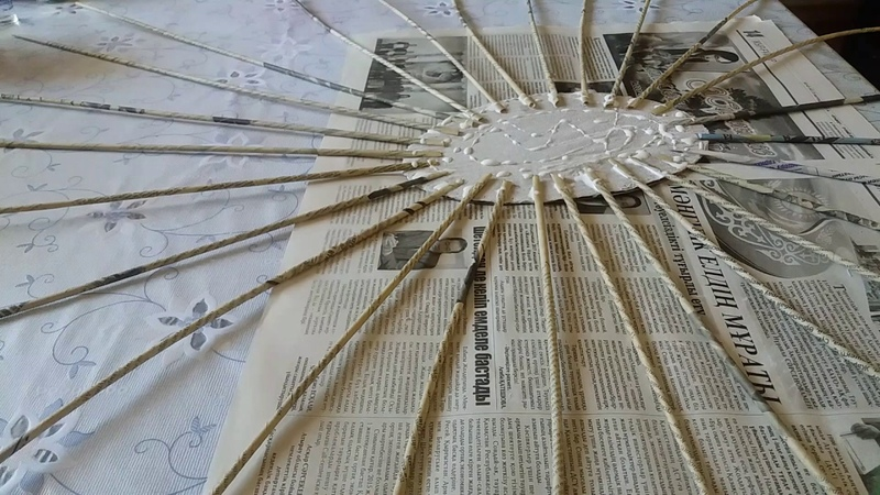 Как приклеить трубочки и начать плетение с использованием картонного дна