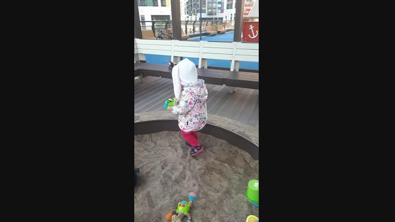 Зайка в песочнице
