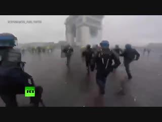 Опубликовано видео с нательной камеры полицейского, принимавшего участие в разгоне акции «жёлтых жилетов»
