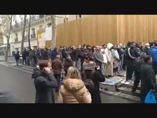 Немного хваленной западной толерантности. Французы поют Марсельезу, чтобы мешать молиться мусульманам.