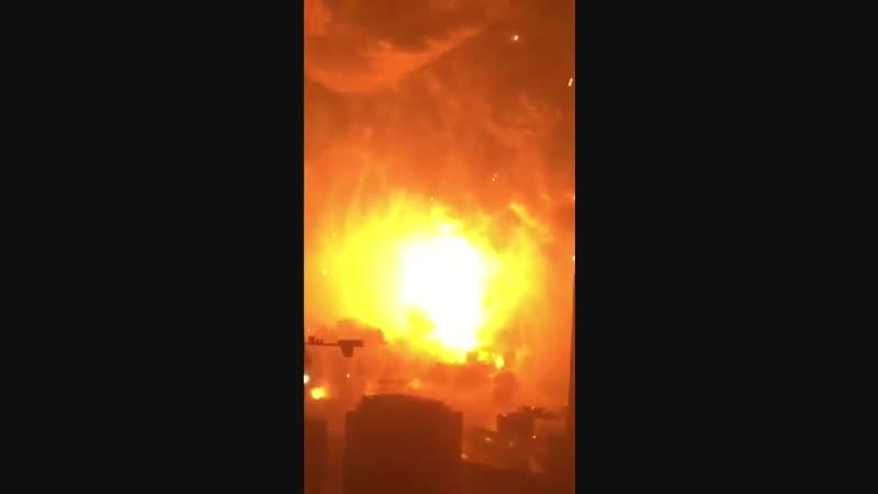 Мощный взрыв и пожар.