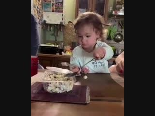 Бетти 🎀🎀🎀 помогает на кухне :)