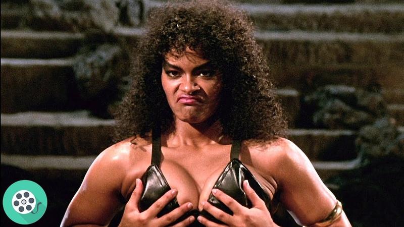 Джеки вступает в бой с четырьмя хранителями — темнокожими мужеподобными женщинами-воинами.