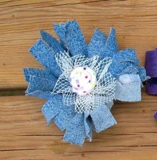 Цветы из ткани Такие поделки цветов из лоскутов тканей разных цветок и фактур в подарок на 8 марта с детьми школьного возраста. Вырезаем круги и формы с лепестками разных размеров. Накладываем