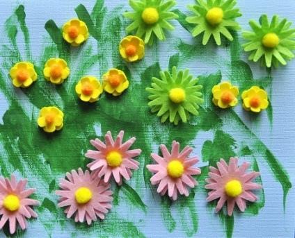 Аппликация цветов из ткани Аппликацию цветов с малышами можно сделать не только из бумаги, но и из фетровой ткани. В серединки цветов приклеиваем маленькие