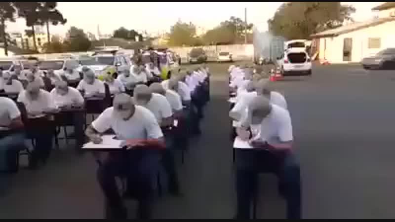 Полицейские из Бразилии сдают экзамены под аккомпанемент отвлекающих факторов