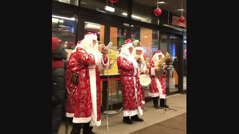 Веселые Деды Морозы в ТРЦ Семёновский.