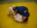 Уход от удержания поперек с отталкиванием головы и защитой ногами