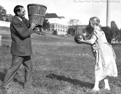 Изобретатель баскетбола Джеймс Нейсмит тренируется со своей женой, Канзас, 1928