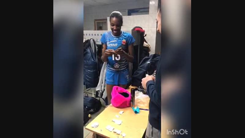 Вручение розовой шапки-короны после матча с ЮЗГУ-Атом 29 декабря