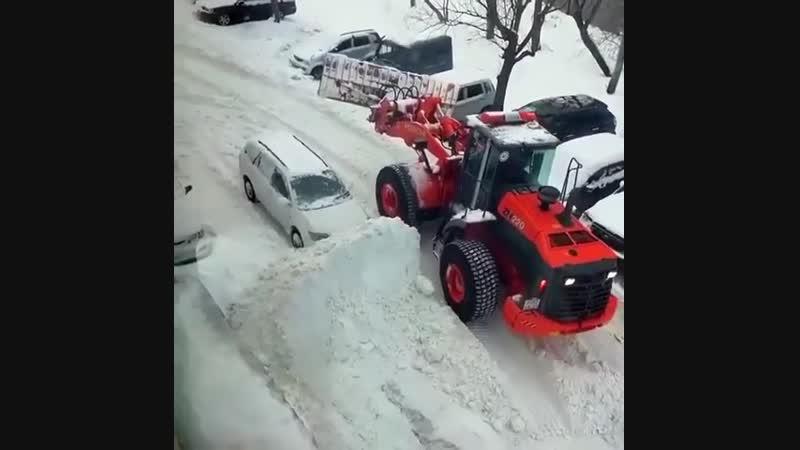 Курьез! Коммунальщик засыпал снегом неправильно припаркованную машину