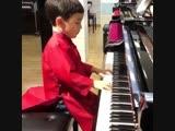 Юный талант играет