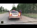 Прикольная жесть на дороге, таксист наказал за мусор