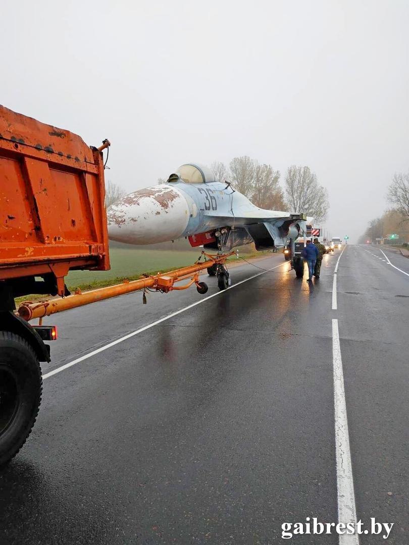В Пинске сотрудники ГАИ сопровождали самолет СУ 27 - его тянул по дорогам МАЗ