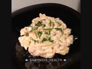 Океанская паста с кусочками лосося в сливочном соусе.