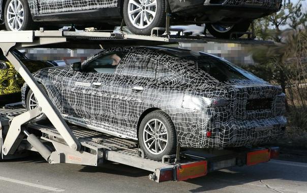 Опубликованы первые фотографии нового электрокара BMW i4. Фотошпионам впервые удалось заснять новый электрокар BMW под названием i4. Снимки автомобиля были опубликованы изданием Carscoops. На