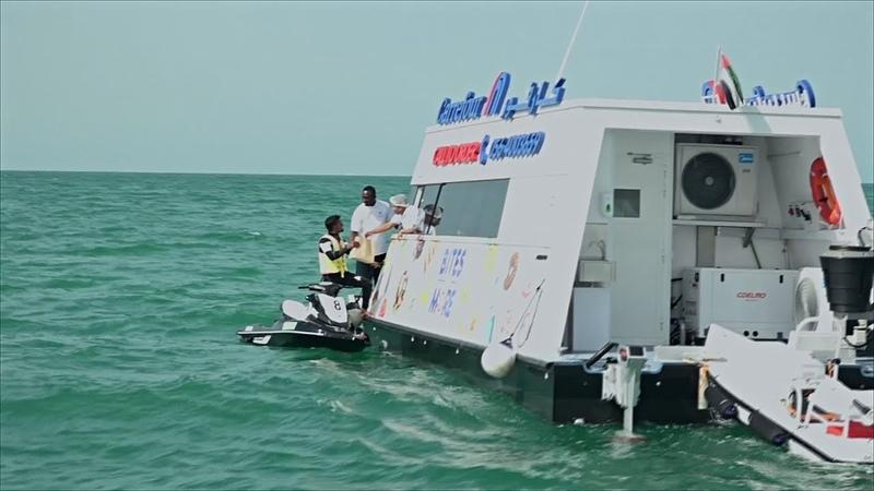 Отдыхающих в Дубае обслуживает супермаркет на воде