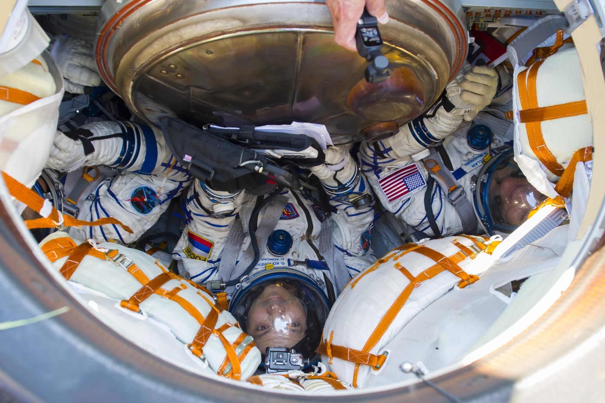 какое положение занимает космонавт при взлете звонят банки по чужому кредиту