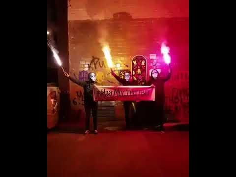 В Харькове люди в масках зажгли факелы у стены Гамлета