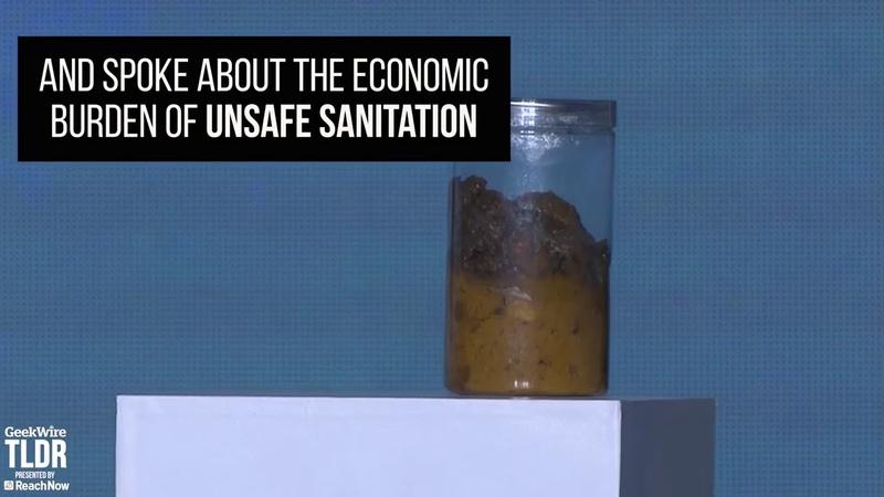 Билл Гейтс вышел на сцену с банкой фекалий и продемонстрировал работу инновационного унитаза