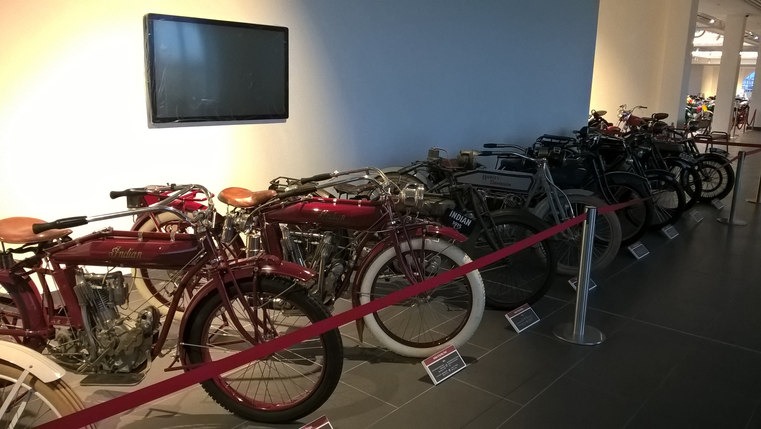 ретро-мотоциклы в музее ретро-автомобилей