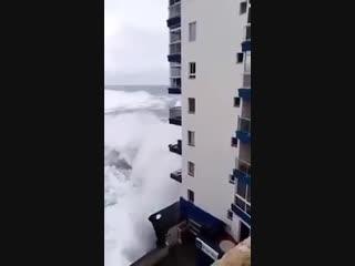 Жуткий шторм на Канарах: гигантские волны сносят балконы жилых многоэтажных домов. ()
