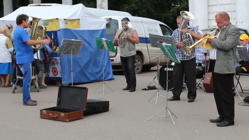 Духовой оркестр на ярмарке