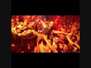Ольга Бузова прыгнула на концерте в толпу фанатов
