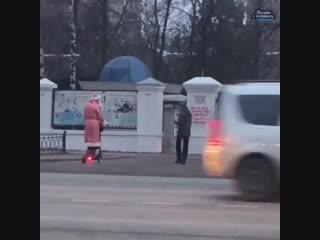 Дед Мороз на самокате