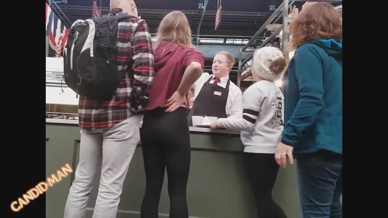 Девочка с хорошей попкой и с линией трусиков в магазине   Leggings ass
