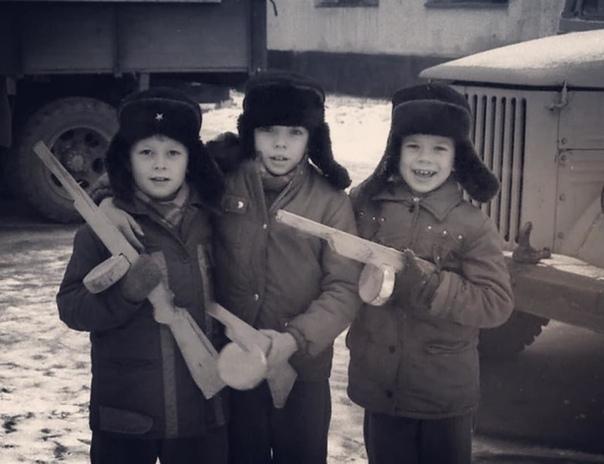 Войнушка - любимая дворовая игра советских детей.