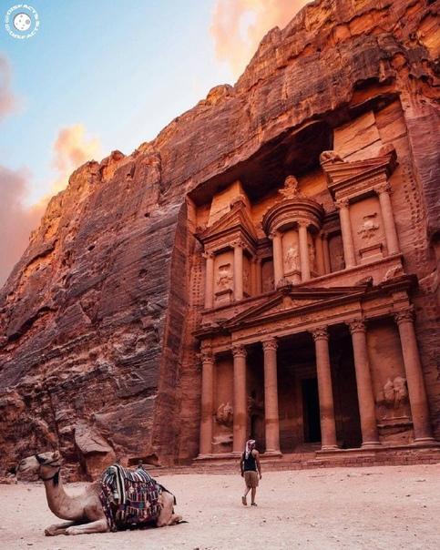 Скальный храм Эль-Хазне в современной Иордании - одна из самых великолепных построек древнего города Петра