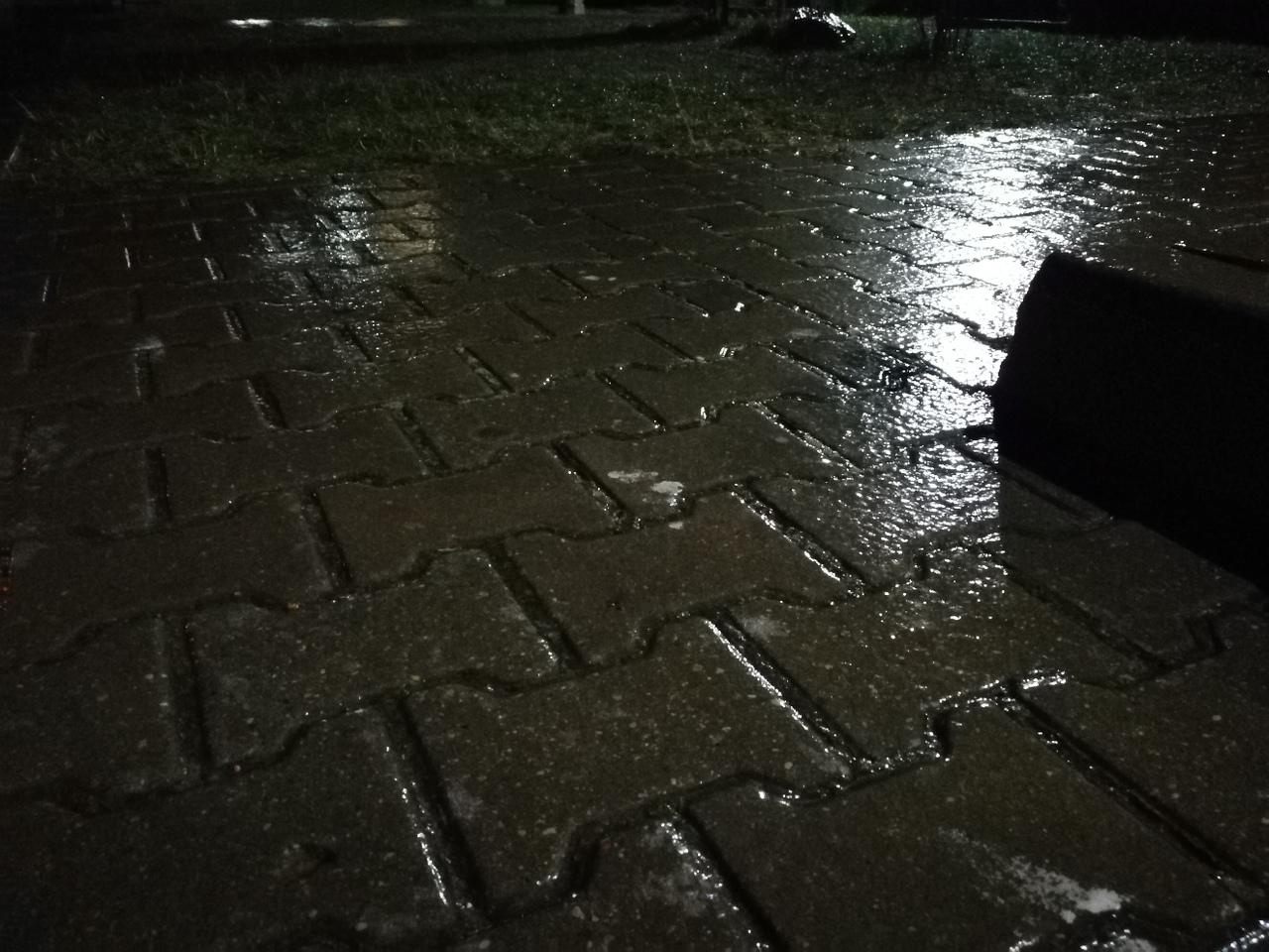 В Бресте идёт дождь и замерзает на дорогах и тротуарах - сильнейшая гололедица