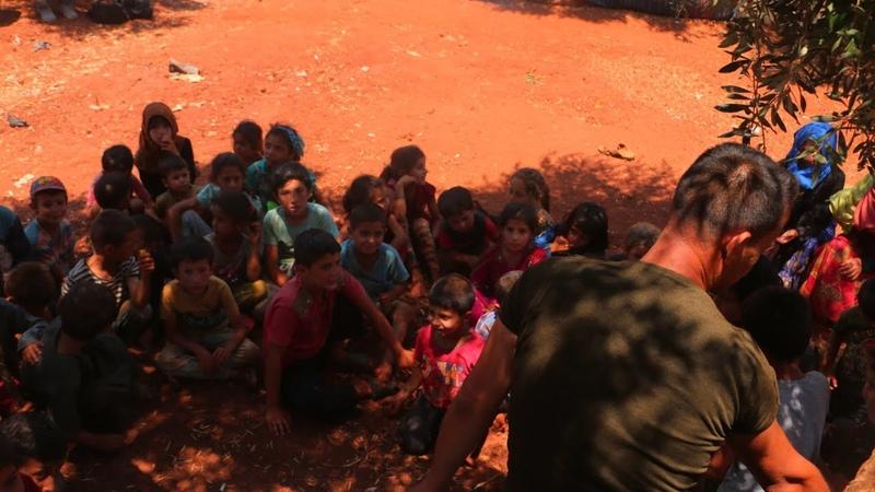 В Сирии учитель преподает детям беженцев под оливковым деревом