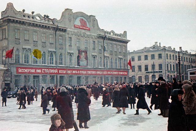 Ориентировочно с 1953 до 1963 лев был закрыт щитом с рисунками на тему советских праздников или с гербом СССР