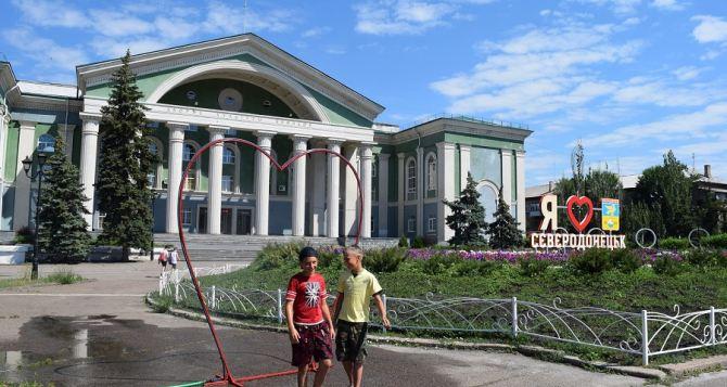 В Северодонецке из-за жары появился освежающий душ в центре города