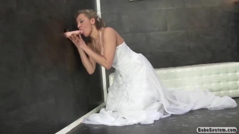 Невеста нашла резиновую письку в стене и принялась ее детально изучать