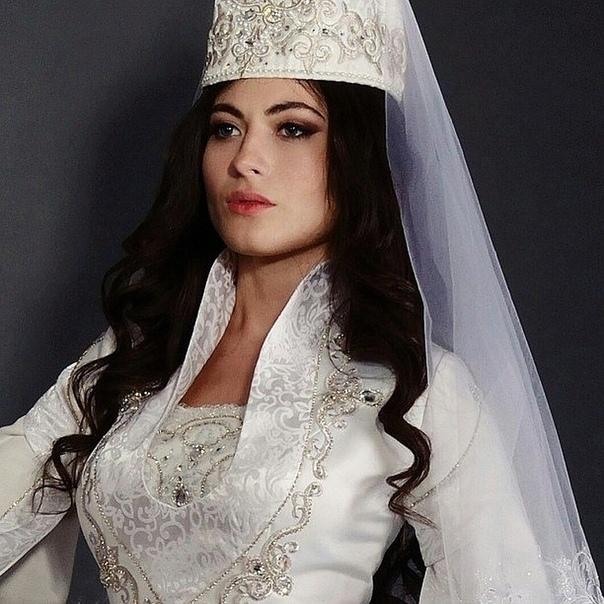 Какие народы в России считаются самыми красивыми Сегодня в России проживают более 300 этносов, каждый из которых имеет своих прекрасных представительниц. Опираясь на данные рейтингов по России,