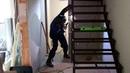 Установка металлического каркаса лестницы в доме