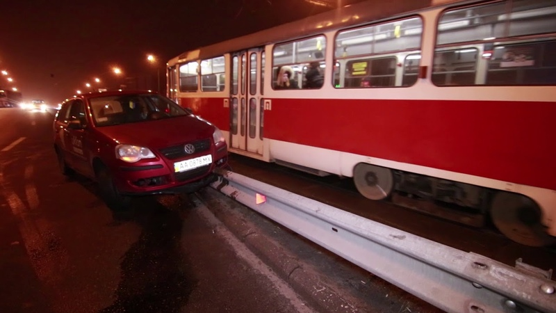 В Киеве на Черниговской таксист налетел на отбойник и застрял