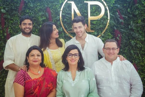 Приянка Чопра и Ник Джонас поженятся в декабре этого года в Индии Отношения 36-летней актрисы и 26-летнего музыканта развиваются с огромной скоростью. В августе этого года влюбленные провели